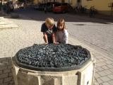 <h5>Oktober: Nora in Nördlingen</h5><p>Nora und Nelio staunen in und über die kreisrunde Form von Nördlingen (D)</p>