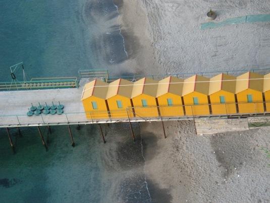 Malerische Umkleidekabinen weit unten am Strand