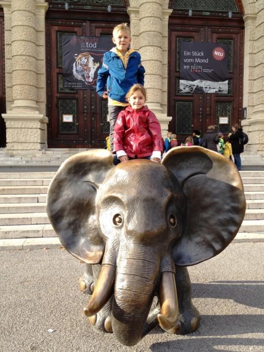 20 Der Elefant vor dem Naturhistorischen Museum