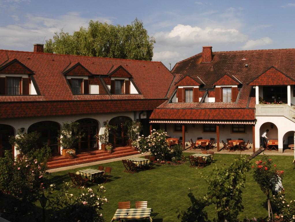 Gemütliches Essen und Trinken im Illmitzer Rosenhof