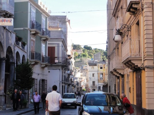 Besuch der Dörfer rund um den Ätna. Zum Beispiel Bronte, da gibt's in der Pasticceria Conti Gallenti die leckersten Pistazien-Spezialitäten Siziliens.