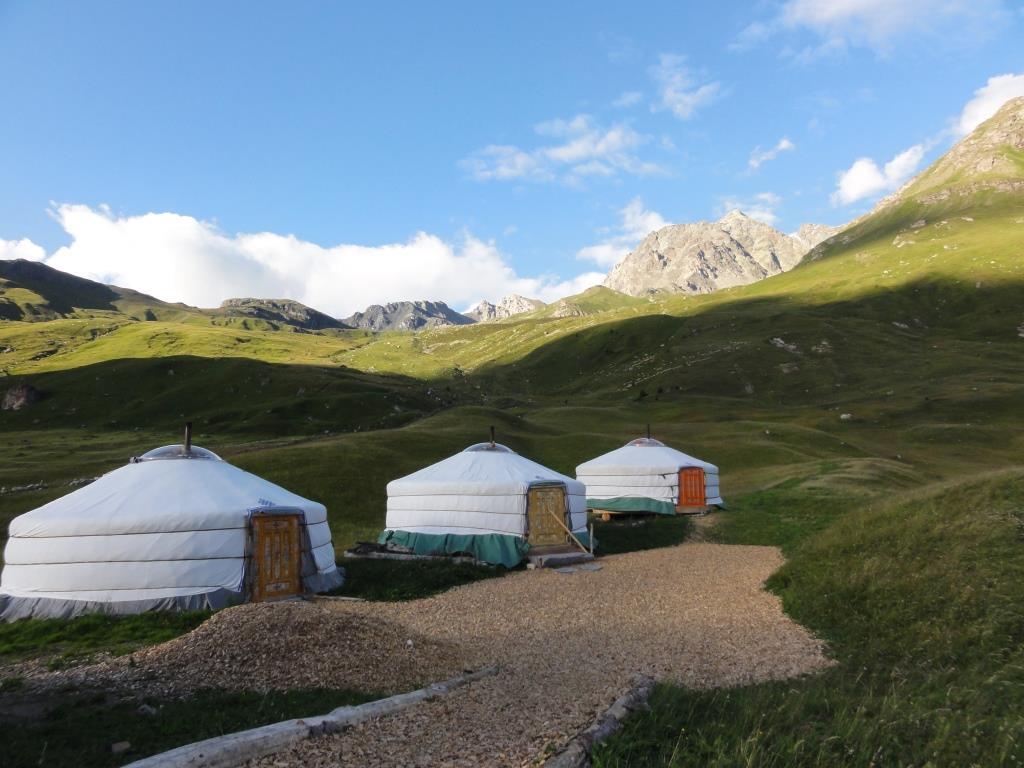 So sehen die Jurten auf der Alp Flix von aussen aus