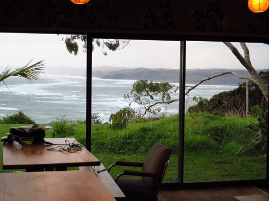 Aussicht vom Haupthaus auf die Manu Bay