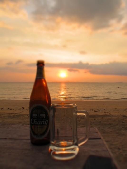 Bei einem kalten Chang Beer den herrlichen Sonnenuntergang am Strand geniessen - was will man mehr?