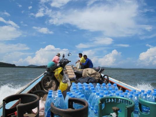 Auf dem Longtail-Boot unterwegs nach Koh Jum...