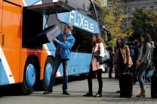 Bevor es losgeht, wird das Gepäck im unteren Teil des Busses verstaut