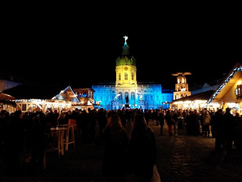 Weihnachtsmarkt vor historischer Kulisse