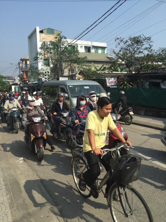 Gemächlich durch den Stadtverkehr von Hue