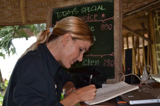 Michèle bei der Buchhaltung