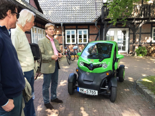 Das Elektroauto bietet Platz für einen Fahrer und 200 l Sahne. Zum Beispiel