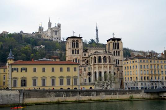 Lyon_Die Kathedrale Saint-Jean, die Basilika Notre-Dame de Fourvière und der Tour métallique
