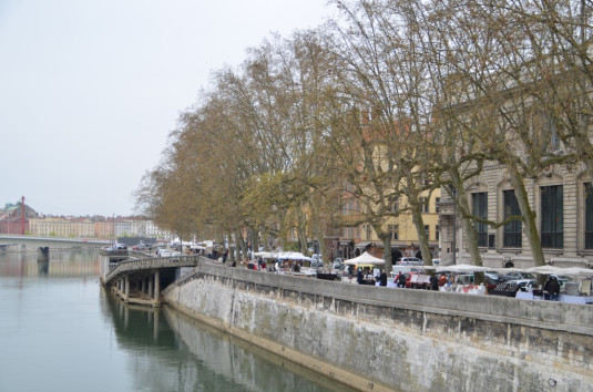 Lyon_Märkte laden zum Flanieren entlang der Flüsse ein