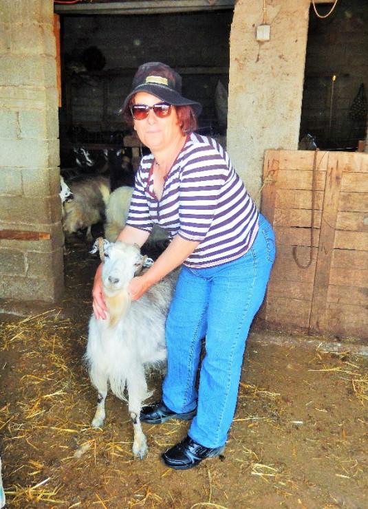 Bäuerin Eleftheria mit ihrer Ziege Julia