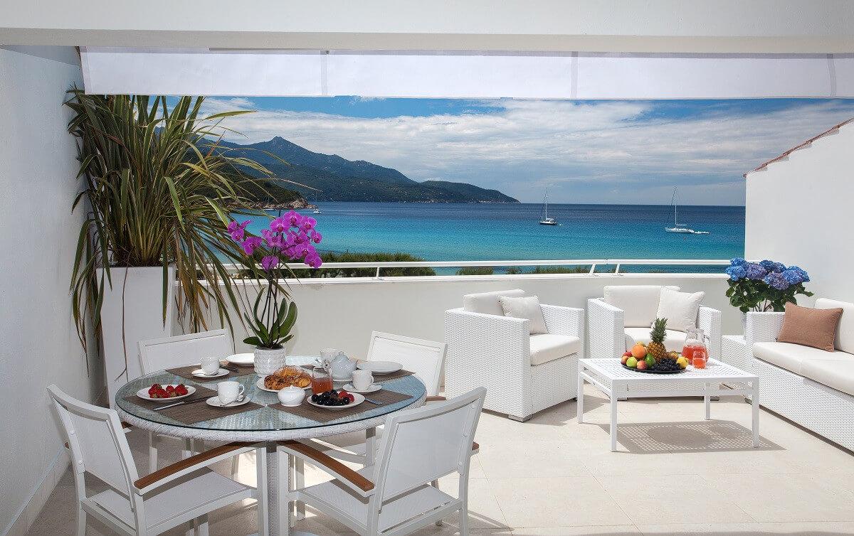 Frühstück mit Aussicht in den Baia Bianca Suites