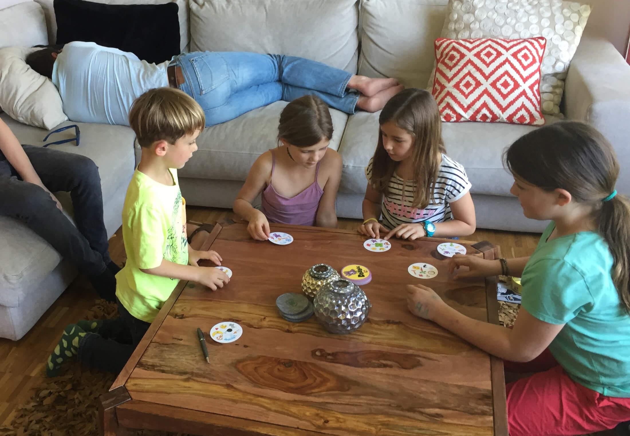 Die Kinder spielen friedlich - da können die Grossen sogar ein Nickerchen machen
