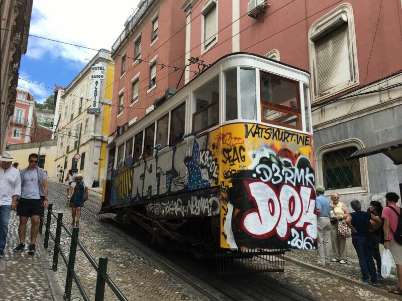 Strassenbahn Lissabon Streetart