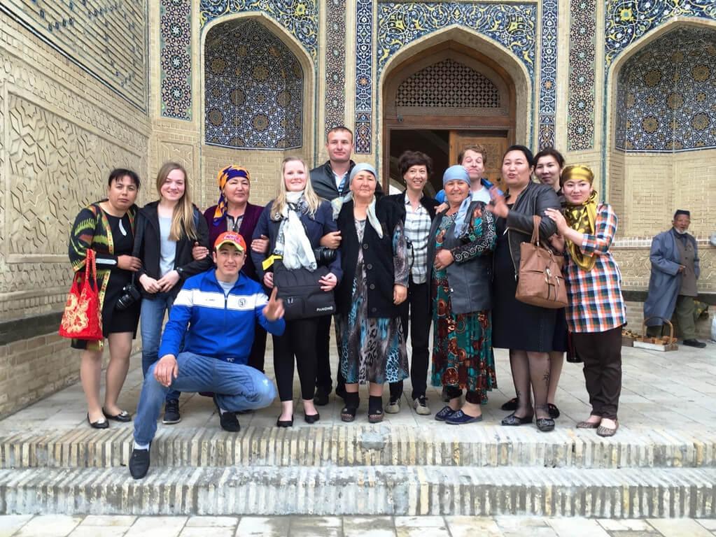 usbekistan-buchara-kalon-moschee-voelker-touristen