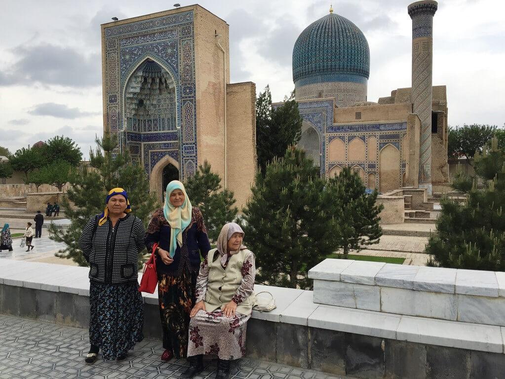usbekistan-samarkand-gur-emir-mausoleum-frauen