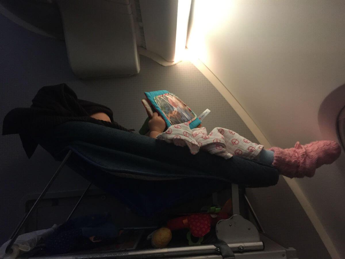 baby-flugzeug schlafen reisen mit baby
