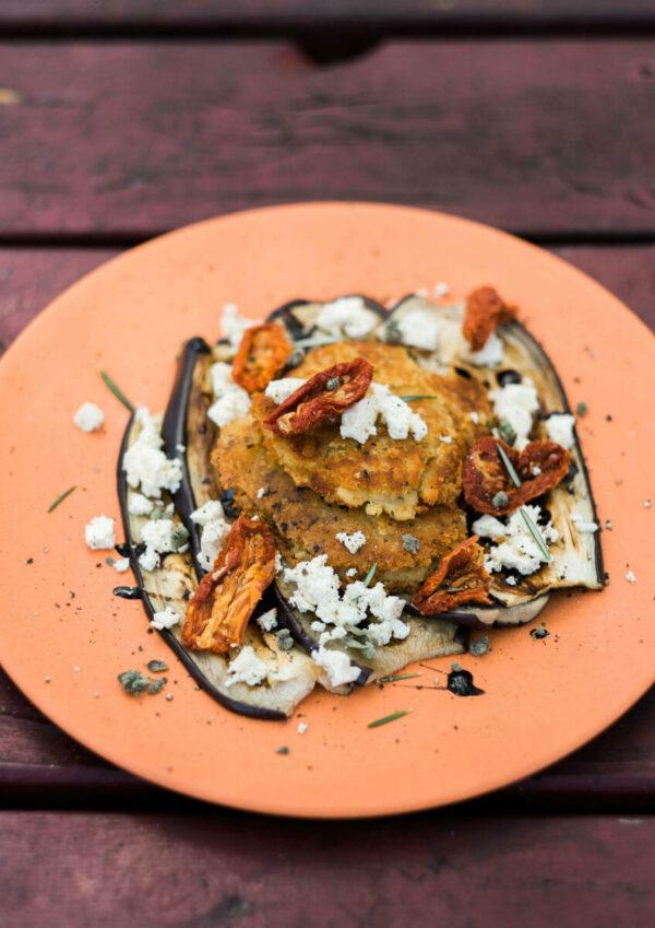 linsenpuffer-auberginen-feta-camper-kochen-rezepte
